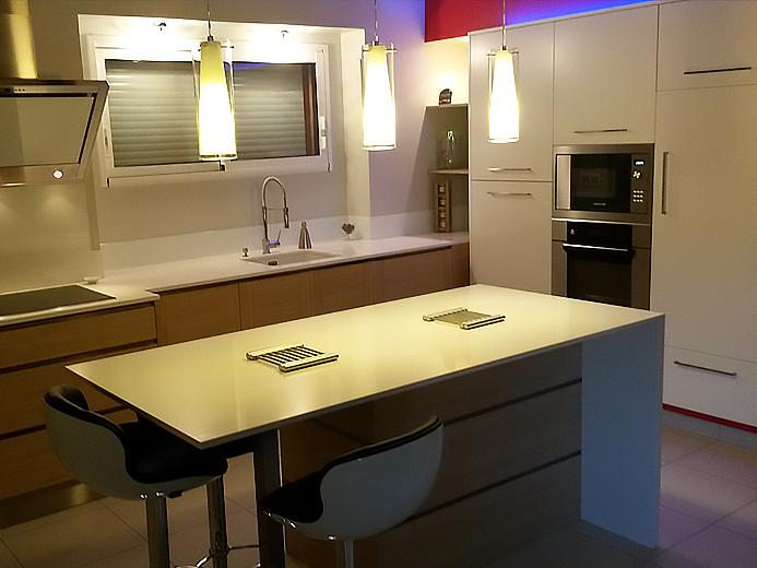 Aménagement cuisine avec rétro-éclairage par led - Réalisation de cuisine par Elégance Bois - Artisan Créateur à Remouillé (44) - Agenceurs sur mesure