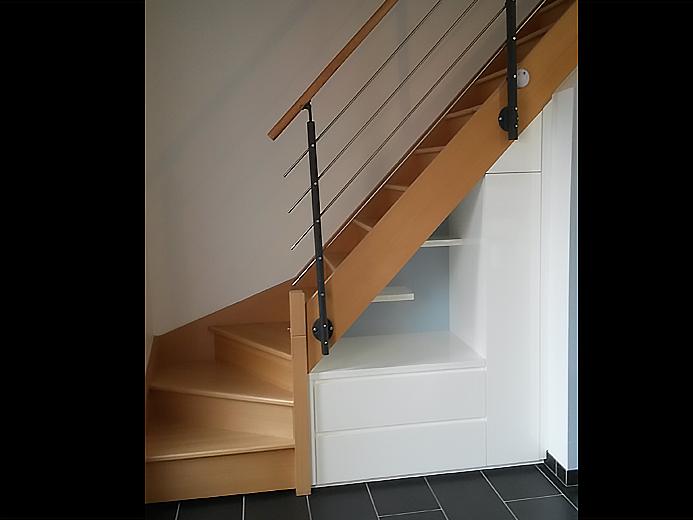 Aménagement de meuble sous cage d'escalier - Réalisation d'aménagement intérieur par Elégance Bois - Artisan Créateur à Remouillé (44) - Agenceurs sur mesure
