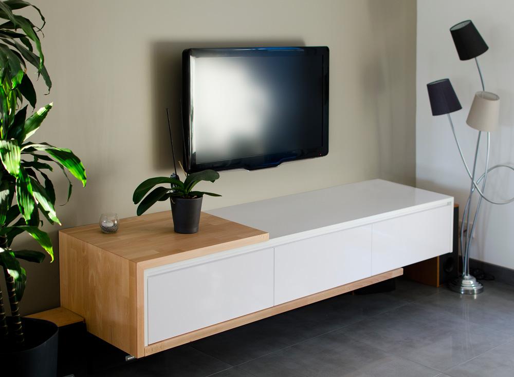 Meuble télé avec ligne épurée et alliance bois brut et laqué - Réalisation d'aménagement intérieur par Elégance Bois - Artisan Créateur à Remouillé (44) - Agenceurs sur mesure