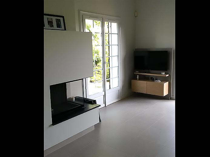 Aménagement de séjour avec meuble télé bois brut à accroche murale - Réalisation d'aménagement intérieur par Elégance Bois - Artisan Créateur à Remouillé (44) - Agenceurs sur mesure