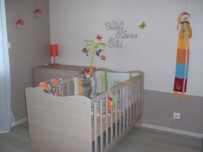 Création bois - chambre de bébé avec lit barreaux et commode - Réalisation de chambre par Elégance Bois - Artisan Créateur à Remouillé (44) - Agenceurs sur mesure