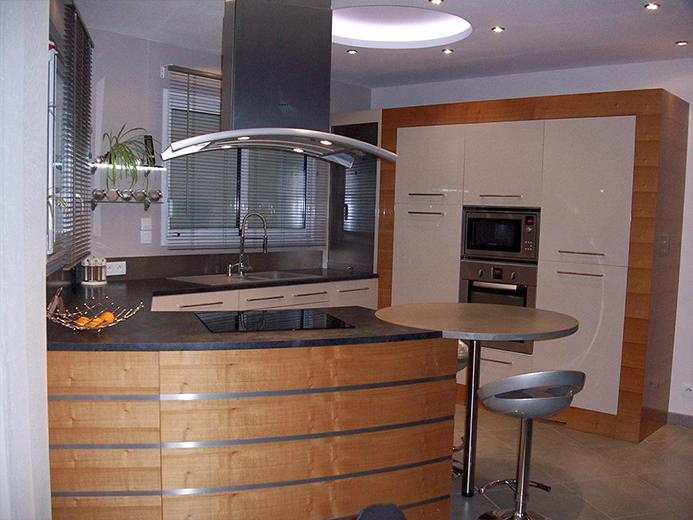 Agencement de cuisine avec retour en bar-table à manger en revêtement béton - Réalisation de cuisine par Elégance Bois - Artisan Créateur à Remouillé (44) - Agenceurs sur mesure