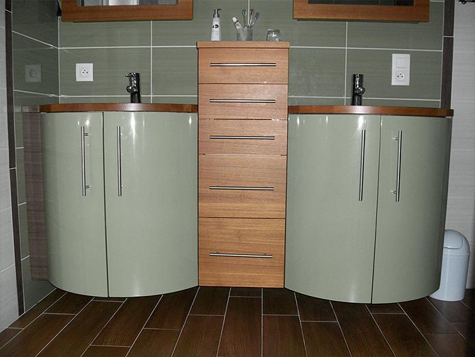 Agencement et création de meubles de salle de bain cintrés en teck et laqué - Réalisation de salle de bain par Elégance Bois - Artisan Créateur à Remouillé (44) - Agenceurs sur mesure