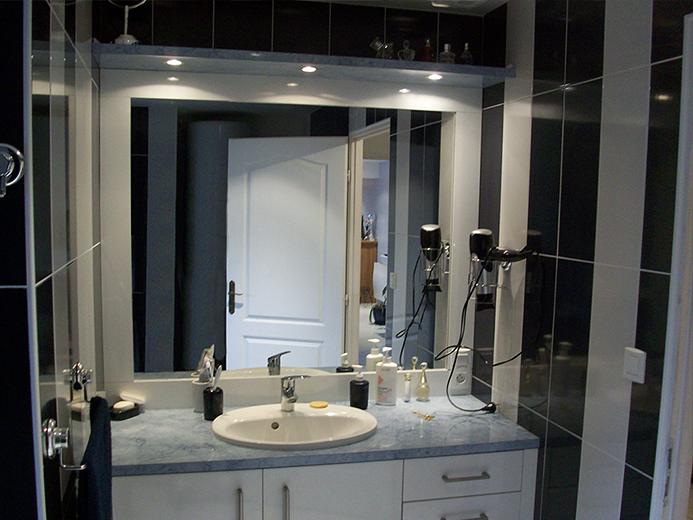 Création de meuble de salles d'eau avec miroir et pont (corniche) éclairé - Réalisation de salle de bain par Elégance Bois - Artisan Créateur à Remouillé (44) - Agenceurs sur mesure