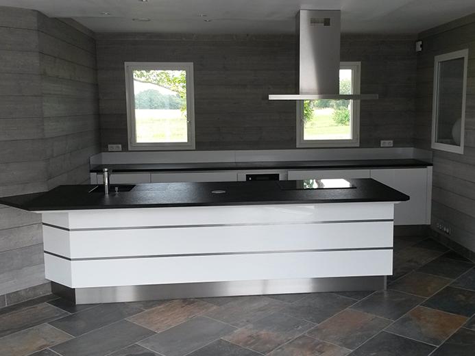Cuisine ouverte, plan de travail granit noir, meuble laqué blanc avec inserts inox - Réalisation de cuisine par Elégance Bois - Artisan Créateur à Remouillé (44) - Agenceurs sur mesure