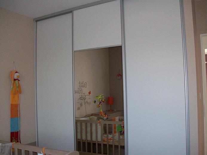 Agencement placard avec portes coulissantes pour chambre d'enfant - Réalisation de dressing par Elégance Bois - Artisan Créateur à Remouillé (44) - Agenceurs sur mesure