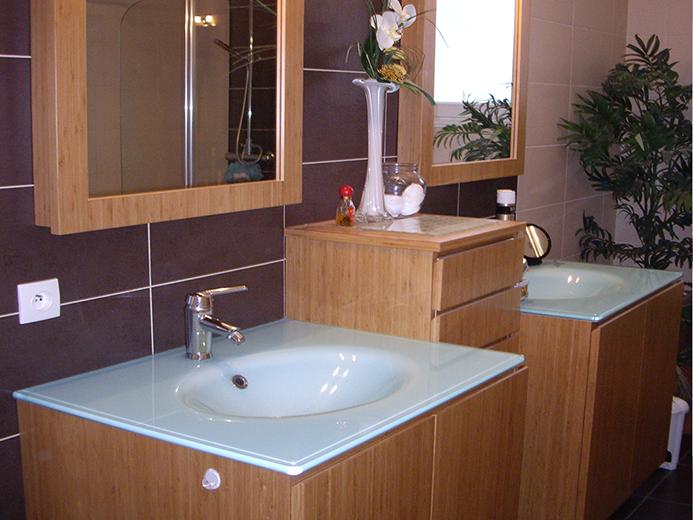 Meubles vasques moulées en verre avec colonne pour salle de bain - Réalisation de salle de bain par Elégance Bois - Artisan Créateur à Remouillé (44) - Agenceurs sur mesure