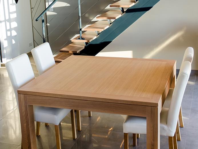 Table de salle à manger et escalier en chêne massif vernis naturel - Réalisation d'aménagement intérieur par Elégance Bois - Artisan Créateur à Remouillé (44) - Agenceurs sur mesure